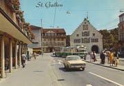 Der Bohl Mitte der 1970er-Jahre. Das alte Stadttheater zwischen dem Hotel Hecht und dem Schuhaus Bata fehlt bereits; es wurde 1972 abgebrochen. Die Bushaltestelle war, wie die Fahrtrichtung des grünen VBSG-Busses mit Anhänger zeigt, noch anders organisiert. Beachtenswert sind auch die Geranien am Balkon des Hotel Hecht. (Bild: Sammlung Reto Voneschen)