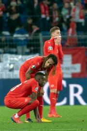 Enttäuschung nach dem Spiel bei Denis Zakaria, Kevin Mbabu und Nico Elvedi (von links). (Bild: Georgios Kefalas / Keystone, Basel, 26. März 2019)
