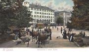Blick vom Marktplatz zum Bohl mit dem Hotel Hecht (links im Hintergrund) und dem alten Stadttheater. Typisch für das Strassenbild jener Zeit sind die Pferdefuhrwerke, das Tram und die Litfasssäule auf dem Bohl. Ebenfalls auffällig ist der dichte Baumbestand auf dem Marktplatz. Und natürlich fehlen die Autos vollständig. (Bild: Sammlung Reto Voneschen)