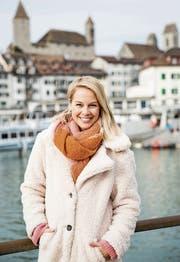 Miss Schweiz 2009, Moderatorin und Sängerin: Linda Fäh posiert vor der Kulisse der Rapperswiler Altstadt. (Bild: Mareycke Frehner)