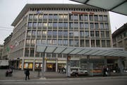 Die gleiche Stelle auf dem Bahnhofplatz heute. Das Hotel Metropol (Eröffnung 1953) hat das alte Hotel Bahnhof abgelöst. Und die Züge von Trogener- und Gaiserbahn halten seit 1914 beim Gaiserbahnhof. (Bild: Reto Voneschen - 25. März 2019)
