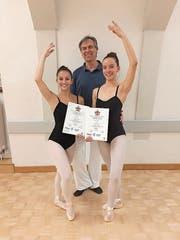 Kerstin Tresch (links) und Valentina Halter erhalten von ihrem Ballettlehrer Lee Wigand das Zertifikat. (Bild: PD)