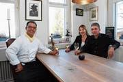 Roger Spiess und seine Nachfolger Eva und Nico Stergiou (von links). Sie wollen das Restaurant National als Speiselokal, aber auch als Treffpunkt für jung und alt weiterführen. (Bild: Urs M. Hemm)
