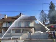 Während der Löscharbeiten beim Bahnhof Cheyres FR wurde am Mittwochnachmittag ein Feuerwehrmann verletzt. (Bild: Kantonspolizei Freiburg)