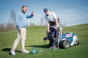 Golflehrer Andreas Krämer in einer Lektion mit Roland Merki, der dank Spezialgefährt noch immer auf dem Golfplatz steht. (Bild: Urs Bucher)