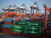 Das US-Handelsdefizit ist unerwartet deutlich gesunken, die Exporte gestiegen. (Archhiv) (Bild: KEYSTONE/EPA/JEROME FAVRE)