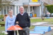 Susanne und Willi Mock auf ihrem Minigolfplatz, den sie seit rund 14Jahren betreiben. (Bild: Donato Caspari)