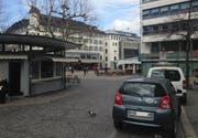 Die gleiche Situation heute. Das Hotel Hecht ist teilweise durch die Anfang der 1950er-Jahre erstellte Marktrondelle verdeckt. Das alte Stadttheater ist durch den Markt am Bohl ersetzt. Das Haus rechts an der Marktgasse ist ebenfalls neueren Datums; auf der alten Ansichtskarte oben ist der Vorgängerbau durch Bäume verdeckt. (Bild: Reto Voneschen - 27. März 2019)