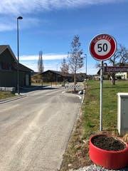 Seit Herbst sind die Dorfeinfahrten von Oberstetten verengt. Die Tore sollen zur Einhaltung von Tempo 50 beitragen und die Aufmerksamkeit erhöhen. Jetzt steht Tempo 30 zur Diskussion. (Bild: Andrea Häusler)