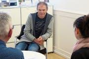 Ein offenes Ohr für Angehörige: Thomas Lampert im Gespräch mit Betroffenen. (Bild: Reinhold Meier)