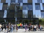 Eine Studentin der Universität Lausanne ist drei Wochen nach einem Unfall mit einem Sonnenschirm gestorben. Der Unfall ereignete sich beim Gebäude Géopolis. (Bild: Keystone/LAURENT GILLIERON)
