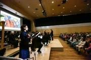 Die Kreuzlinger Primarschüler verfolgen die Aufführung von «Die Hexe und der Maestro». Es spielt das Thurgauer Kammerorchester unter der Leitung von Claude Villaret. (Bild: Donato Caspari)