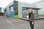 Brigitte Lüchinger und ihr Mann Stefan investieren am Hauptsitz in Kriessern in die Zukunft. Der Neubau, für den der «Schopf» weichen muss, soll Ende Jahr fertig sein. (Bild: Kurt Latzer)