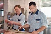 Gabriel Nauer (links) und Davide Vailati verarbeiten das Schweinefleisch zur Mörschwiler Kräuterbratwurst. (Bild: Judith Schönenberger)