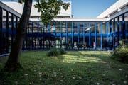 Um zwei Klassen zu sparen, müssen 40 Schüler aus dem Kanton Luzern einen längeren Schulweg in Kauf nehmen. Im Bild Kantonsschule Alpenquai in Luzern. (Bild: Pius Amrein, 22. August 2016)