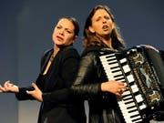 Nicole Knuth, links, und Olga Tucek, rechts, touren seit 2004 als Kabarett-Duo Knuth und Tucek durch den deutschsprachigen Raum. Jetzt werden sie dafür mit dem Schweizer Kleinkunstpreis 2019 geehrt. (Bild: KEYSTONE/KNUTH & TUCEK/CHRISTOPH HOIGNE)