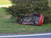 Das Auto kam von der Strasse ab und landete auf der rechten Seite in der Wiese. (Bild: Luzerner Polizei)