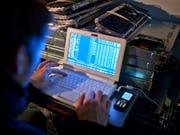 In der Schweiz ist gemäss einer Umfrage jede siebte Person schon einmal von Cyberkriminalität betroffen worden. (Bild: KEYSTONE/GAETAN BALLY)