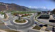 Der Kreisel Kreuzstrasse. Rechts im Bild das Areal des Kantons, unter anderem mit der Polizeizentrale. (Bild: Pius Amrein, Stans, 28. März 2019)