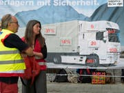 Aktivistinnen- und Aktivisten der Alpeninitiative haben schon vor anderthalb Jahren mit einer Petition mehr Lastwagenkontrollen im Transitverkehr gefordert. (Bild: KEYSTONE/LUKAS LEHMANN)