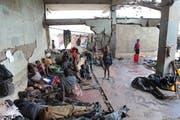 Vom Wirbelsturm Idai sind im südöstlichen Afrika rund 1,7 Millionen Menschen in Mitleidenschaft gezogen. Viele haben ihr ganzes Hab und Gut verloren. Sie sind jetzt auf Hilfe von aussen angewiesen. Im Bild Flüchtlinge in einem zerstörten Gebäude in der Nähe der Stadt Beira in Mosambik. (Bild: AP/Tsvangirayi Mukwazhi - 22. März 2019)