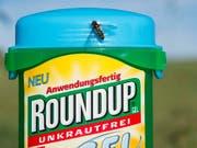 Steht im Verdacht, Krebs zu verursachen: das Unkrautvernichtungsmittel Roundup der Bayer-Tochter Monsanto. (Bild: KEYSTONE/EPA/STEFFEN SCHMIDT)