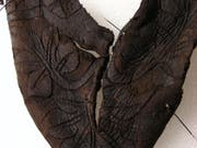 Im Jura sind Teile eines ledernen Kinderstiefels aus dem Mittelalter entdeckt worden. (Bild: Kanton Jura)