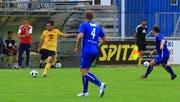Mit sorgenvoller Miene hat Sevelen-Trainer Josip Matanovic (hinten) den Auftritt seiner Mannschaft in der Vorrunde verfolgt. Mit neuem Mut will man nun den Ligaerhalt bewerkstelligen. (Archivbild: Robert Kucera=