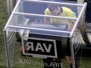 Der VAR wird ab der kommenden Saison auch in der Super League zum Einsatz kommen (Bild: KEYSTONE/AP/THEMBA HADEBE)