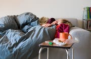 Die Grippe legt alle lahm. (Bild: KEYSTONE/Martin Ruetschi)