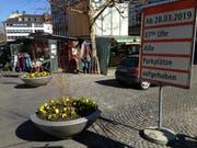 Ein Farbtupfer an der Zufahrt zum Marktplatz: mit gelben Stiefmütterchen und Büschen bepflanzte Schalen. (Bild: Reto Voneschen - 28. März 2019)