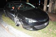 Der Fahrer dieses Auto verunfallt in kürzester Zeit zweimal. Da er alkoholisiert am Steuer war, wurde ihm der Führerausweis abgenommen. (Bild: Kapo)
