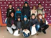 Die acht Schülerinnen und Schüler mit Lehrerin Nuria Gysin (links) und Filmemacherin Gaby Balsinger. (Bild: pd)