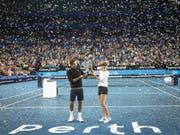 Roger Federer und Belinda Bencic halten am 5. Januar 2019 in Perth den gewonnenen Pokal in die Höhe (Bild: KEYSTONE/EPA AAP/TONY MCDONOUGH)