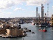 Der Frachter, der 108 Bootsflüchtlinge gerettet hat, wurde von Helikoptern und Militärschiffen in den Hafen von Maltas Hauptstadt Valletta eskortiert. (Bild: KEYSTONE/EPA/ANNE AQUILINA)