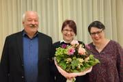 Kirchenpräsident Walter Berger freut sich über die einstimmige Wahl von Isabelle Svabenik-Keller in die Kirchenvorsteherschaft, wo sie die Nachfolge von Ursula Gubler antritt. (Bild: Georg Stelzner)