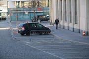 Einsam und allein auf weiter Flur: Am Morgen stand auf den Parkplätzen vor der Bank Acrevis nur noch ein Auto mit Genfer Kontrollschildern. (Bild: Reto Voneschen - 28. März 2019)