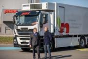 Hansjörg Cueni, Gründer & Inhaber von E-Force One AG und Stefan Aufdereggen, Geschäftsführer, vor dem ersten 27-Tonnen-Fahrzeug, ausgeliefert 2018 an die Firma Pistor in Rothenburg. (Bild: zVg)