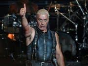Er polarisiert mit seiner Band immer mal wieder: Rammstein-Frontmann Till Lindemann. (Bild: KEYSTONE/EPA/AXEL HEIMKEN)