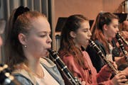 Klarinettistinnen des Musikvereins Seedorf bringen fantastische Märchenwelten auf die Bühne der Mehrzweckhalle in Seedorf. (Bild: PD)
