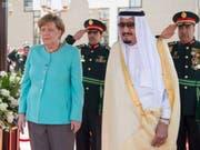 Die deutsche Regierung um Angela Merkel hat in der Nacht auf Freitag eine Lösung im Streit um die Rüstungsexporte nach Saudi-Arabien gefunden, ohne die EU-Partner vor den Kopf zu stossen. (Bild: KEYSTONE/EPA SAUDI PRESS AGENCY/SAUDI PRESS AGENCY HANDOUT)