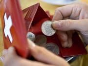 In der Schweiz haben die reichsten 20 Prozent der Bevölkerung durchschnittlich 4,4 Mal mehr Geld zur Verfügung als die ärmsten 20 Prozent. Der Bund sorgt durch staatliche Umverteilung dafür, dass das Ungleichgewicht sich nicht verstärkt. (Bild: Keystone/MARTIN RUETSCHI)