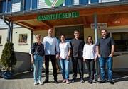 Heidi Näf übergibt den «Sedel» ihrem ehemaligen Chef de Service Marcel Seeger, der ihn mit seinem Team weiterführt. (Bild: Karin Erni)