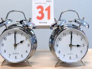 Möglicherweise zum drittletzten Mal werden die Uhren in Europa am Sonntag um 2 Uhr eine Stunde vor auf Sommerzeit gestellt. (Bild: KEYSTONE/APA/APA/HELMUT FOHRINGER)