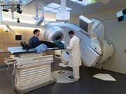 Bevor die Krebstherapie beginnen kann (hier Bestrahlung), müssen Patienten oft aufgepäppelt werden, weil sie zu viel Gewicht verloren haben. Schon bei 5 Prozent Gewichtsverlust ist die Therapie gefährdet, warnen Forscher. (Gestellte Szene) (Bild: Keystone/GAETAN BALLY)