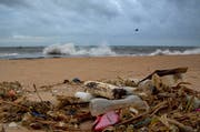 Plastikabfälle, die die Weltmeere verschmutzen und in Nahrungskette von Tieren und Menschen gelangen stellen ein wachsendes Problem dar. Im Bild: Plastik, der an einem Strand in Sri Lanka angeschwemmt wurde. (Bild: Gemunu Amarasinghe/AP - 13. August 2015)