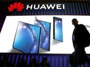 Huawei hat im vergangenen Jahr trotz Spionagevorwürfen dank der grossen Nachfrage nach den Smartphones den Gewinn kräftig gesteigert. (Bild: KEYSTONE/EPA EFE/ENRIC FONTCUBERTA)