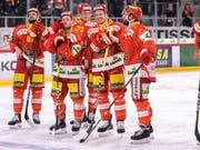 Die Bieler Dominik Diem, Kevin Fey, Mike Künzle, Damien Brunner und Julian Schmutz (von links) freuen sich nach Spielende über ihren zweiten Sieg im zweiten Playoff-Halbfinal gegen Bern (Bild: KEYSTONE/ANTHONY ANEX)