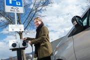 Martina Hickethier von eCarUp an einer Ladestation für Elektroautos in Rotkreuz. (Bild: Dominik Wunderli, 19. März 2019)