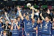 Die Trophäe für den Cup-Sieg stemmten die Amriswiler bereits im Vorjahr in die Höhe. (Bild: Peter Schneider/KEY, Fribourg, 31. März 2018)